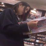 【HD盗撮動画】場所バレ!マジ危険すぎ!最高画質の美少女JKのパンチラ映像!書店で逆さ撮り!