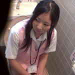 【盗撮動画】社内のトイレで激カワ制服OLたちの放尿部を的確な三面アングルで撮影する有能なカメラw