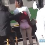 【盗撮動画】危険人物のスカート捲り強襲映像!公道で通行人がいるのにお構いなしに下半身全開!