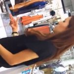 【盗撮動画】パンチラ撮影されているのに超熱心な接客をしてる美人ショップ店員さんの好感度が急上昇w