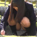 【HD盗撮動画】可愛いの見本のような美少女JKが公園デート中に股間モッコリなパンチラを視姦するw