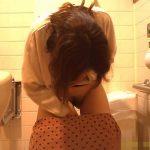 【盗撮動画】女子トイレ衝撃映像!素人美人ギャルの鼻ホジとマ●コ拭き拭き直視アングルの劇的コラボw