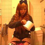 【盗撮動画】女子トイレに仕掛けたカメラに映った若いギャルが何もかにもガサツ過ぎてネット上も困惑w