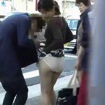 【盗撮動画】美人お姉さんには申し訳ないが最高!カバンに細工してスカート引っかけ公道でパンチラ全開w