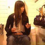 【盗撮動画】デパートの女子トイレに仕掛けられたカメラ映像!美人お姉さんがご来場してしまい被害遭遇w