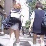 【盗撮動画】風チラの聖地でリアクションも可愛らしい制服美少女たちの捲れパンチラ映像がマジ楽しいw