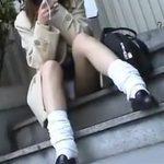 【隠し撮り動画】座り込んだ制服JKの股間にまるで侵入するようにズームインするパンチラ映像がコレだ!