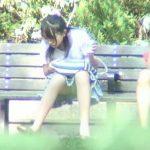 【盗撮動画】ベンチに腰かけてかき氷を食べている美少女の股間からパンチラを撮影ながら見守ったオレw