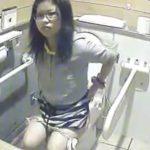 【盗撮動画】ギャルの使用率が良好な女子トイレにカメラを設置してオマ●コを覗き込む最適な映像を発見w
