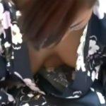 【隠し撮り動画】ノーブラ率の高い浴衣ギャルの前かがみ胸チラ映像!角度を変えると生オッパイ丸見えw