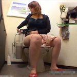 【盗撮動画】いかにも性欲が強そうなムッチリ巨乳ボディの人妻がトイレオナニーで絶頂に達してる瞬間w