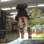 【盗撮動画】ミニスカ制服JKの無防備なパンチラ映像!店内でパンティが食い込んだお尻がチラ見えしてるw