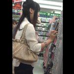 【HD盗撮動画】バレたら即逮捕!中古CDを物色してる美人ギャルの美脚を舐め回すようにパンチラGETw