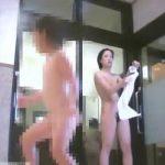 【盗撮動画】観覧注意!完全OUT!女子風呂脱衣所映像にピョンピョン跳ねる小さな物体が乱入するw