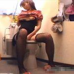 【盗撮動画】スタイル抜群の美脚お姉さんがトイレに籠り濃厚なオナニータイムを繰り広げるのを収録したw