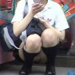 【盗撮動画】ゲーセンの前でお宝パンチラGET!現役JKの股間を靴カメで撮影すると陰毛が露出中だったw