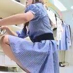 【盗撮動画】ショップ店員のギャルをしゃがみ込んだ瞬間にスカート内の股間を覗き込みアングルで撮影したw