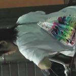 【盗撮動画】スミマセン、バレました!塾帰りの美少女JKのパンチラ逆さ撮りして調子にのってスカートを捲る!