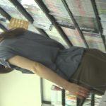 【HD盗撮動画】マジ危険!店内でお姉さんに完全粘着して深いバックスリットの隙間からパンチラ大後略w