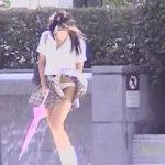 【盗撮動画】決定的お宝パンチラGET!ミニスカ制服JKのスカートが風で捲れて白パンティ丸見えの瞬間w