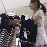 【盗撮動画】ショップ店員の激カワ娘のスカート内が大事件!真っ新な純白パンティの中央部分に黄色君臨w