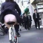 【盗撮動画】自転車乗ってる制服JKを追跡するとスカートが風で捲れてパンチラしてる瞬間に遭遇したオレw