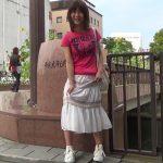 【HD盗撮動画】人通りのある街中でパンティ履いたままお漏らし状態で放尿!しかもギャルが可愛いw