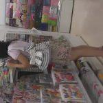 【HD盗撮動画】危険パンチラ逆さ撮り!店内で小さな女の子の「ぱんちゅ」を攻略しまくるロリ●ン撮り師!