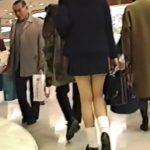 【盗撮動画】これほどの人混みの中でリスクを冒してまで撮影するのは制服美脚JKの生パンチラしかない!