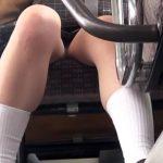 【HD盗撮動画】バスの後部座席に座る制服女子高生の股間のデルタゾーンからパンチラを覗き撮りしたw