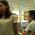 【盗撮動画】コンビニで買い物中の清楚な白ワンピースの美人お姉さんのパンチラを逆さ撮りして公開するw