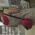 【HD盗撮動画】危険すぎるパンチラ映像!立ち読みしてる女の子の背後に忍び寄り高画質カメラで逆さ撮り!