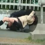 【盗撮動画】JKのパンチラ映像を見てると公道で平然とイチャ付きが過ぎる高校生カップルが映り込んでる!