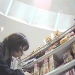 【隠し撮り動画】商品棚の陳列をしてる女性店員のスカート内からブチ込みアングルでパンチラ撮りまくりw