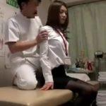 【動画】超美人スレンダー制服OLを言いくるめて裸にして子宮を弄くり肉棒をブチ込んだ整体マッサージ師!