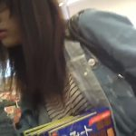 【隠し撮り動画】イケてる美脚美女のショートパンツの僅かな隙間からパンチラGETしたリアル攻防戦映像w
