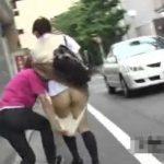 【隠し撮り動画】頭大丈夫なのか!車も人も通ってる白昼堂々と女子高生のパンティ強襲して桃尻ポロリ!