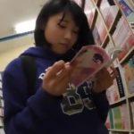 【HD盗撮動画】白いぱんちゅ!少女マンガを立ち読みするロリ美少女を無謀にも逆さ撮りしてパンチラ攻略w