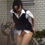 【盗撮動画】白昼堂々と激カワ制服OLのスカート強襲!イキナリ捲りあげ下半身丸出しにして逃走ダッシュw