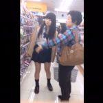【隠し撮り動画】お母様らしき女性と買い物中の可愛いJKの充実した尻肉食い込みパンチラが最優秀賞級w