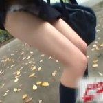 【盗撮動画】制服女子高生に躊躇なく近づいていき強引にスカートを捲りあげてパンチラとリアクションを撮影!