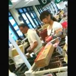 【盗撮動画】近所のスーパーで撮影した大問題パンチラ映像!専業主婦から制服OL!小●生が映り込むw
