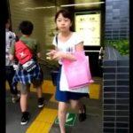 【HD盗撮動画】問題だらけのパンチラ映像!駅名映り込んで場所バレ!被写体が童顔ロリ美少女過ぎるw