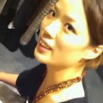 【盗撮動画】ショップ店員の美人お姉さんのしゃがみ込んだ瞬間に胸チラを覗き込みアングルで撮影したw
