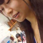 【盗撮動画】激カワ美人のショップ店員ギャルに馴れ馴れしく話しながら胸チラ&パンチラを撮影する野郎様w