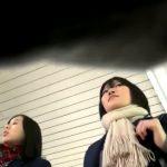 【HD盗撮動画】マジで大丈夫か!素人一般人の制服女子高生二人組に粘着してパンチラを撮り続けている!