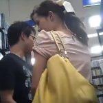 【盗撮動画】レンタルショップ店内で彼氏さんには申し訳ないが激カワ彼女さんのパンティ激写してネット公開w
