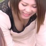 【盗撮動画】他人妻の胸チラ映像!休日の公園でお子様と戯れる巨乳美人ママさんの深い谷間を凝視する!