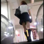 【盗撮動画】制服女子高生を尾行する!バレたら即逮捕のリスクを犯してエスカレーターで捲りパンチラ収録!