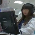 【盗撮動画】CDを視聴する清純美少女の女子高生の下半身まで餌食とする貪欲なパンチラ撮り師の投稿映像!